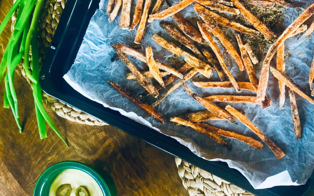 Garantert crispy søtpotetchips på stekebrett, med jalapeno cheddar saus og bacon