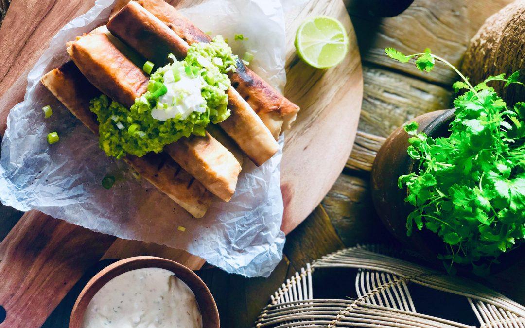 Crunchy taquitos med kylling rullet i tortilla lefser, med guacamole, ranch dressing, lime og koriander