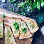 Cheesy ostepizza med hvitløkssmør, mozzarella, oregano og basilikum