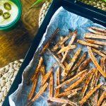 Garantert crispy søtpotetchips på stekebrett, med jalapeno cheddar saus