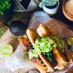 Crunchy taquitos med kylling rullet i tortilla lefser, med guacamole, rømme, lime og koriander
