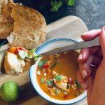 Saftig kylling i rød currysaus med lime, chili, grønne bønner og nanbrød