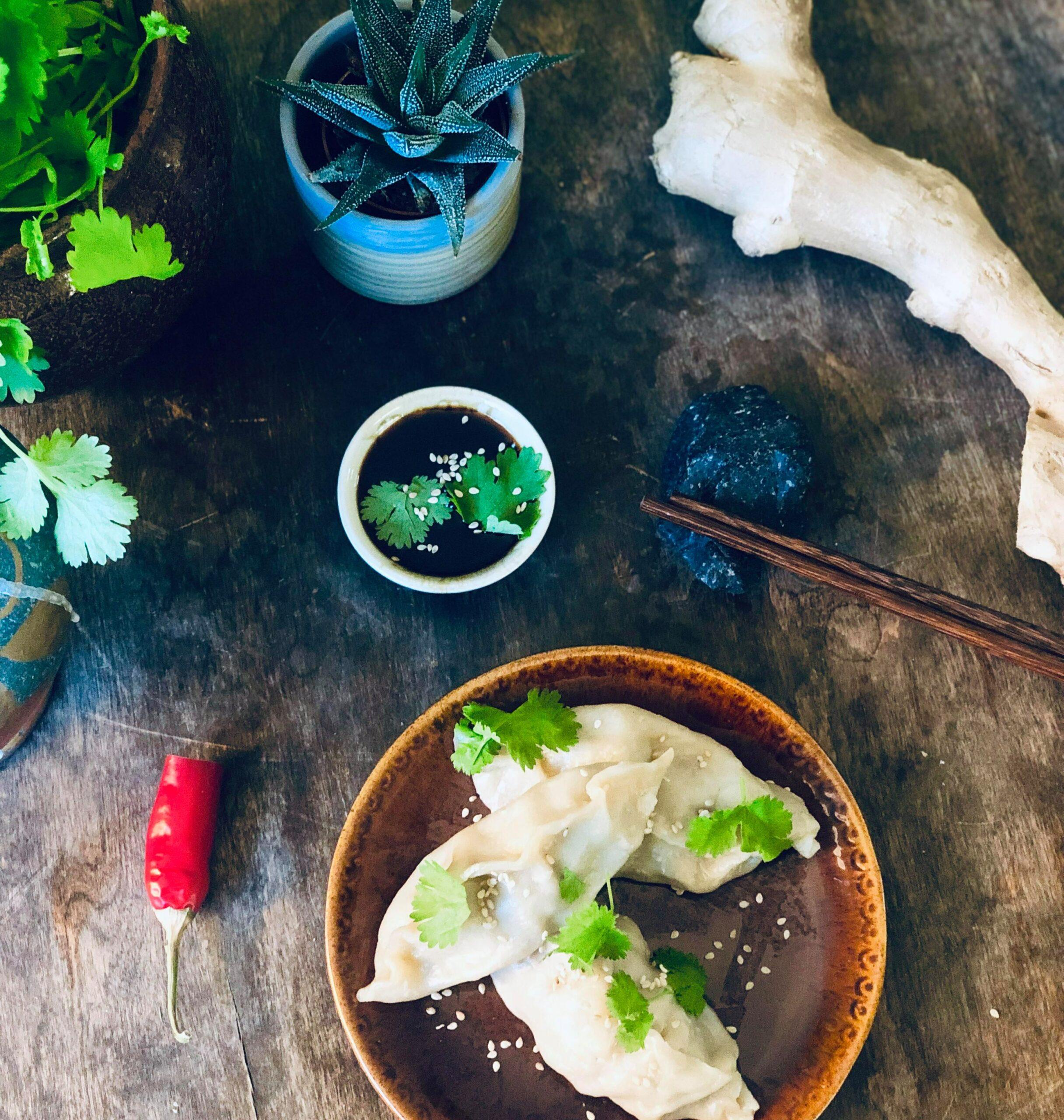 Dampede dumplings med svinekjøtt, soyasaus, ingefær og koriander