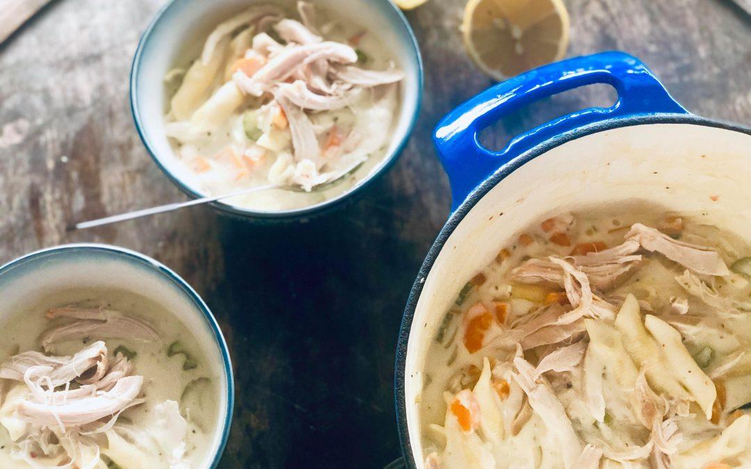 Kremete kyllingsuppe med pasta, selleri og gulrot i hvit suppe