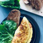 Toppa egg omelett med røkelaks, tomater, salat og brød