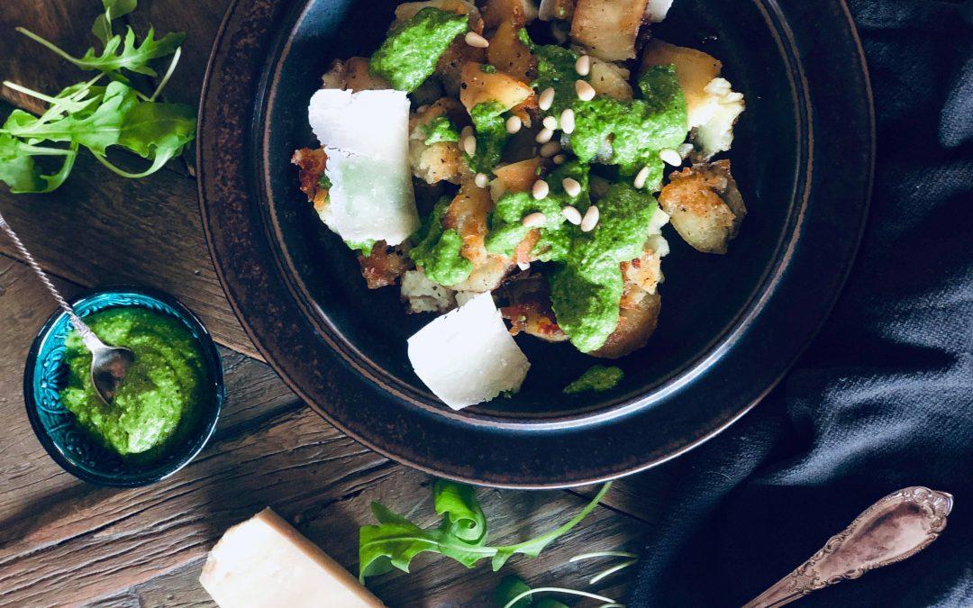 Crispy knuste poteter med pesto, pinjekjerner, ruccola og parmesan
