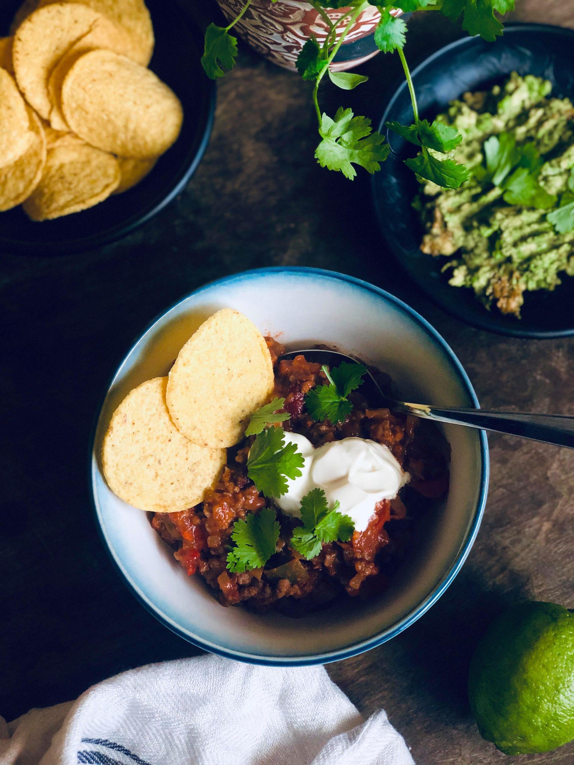 Chili con carne med nachos, rømme, guacamole og koriander