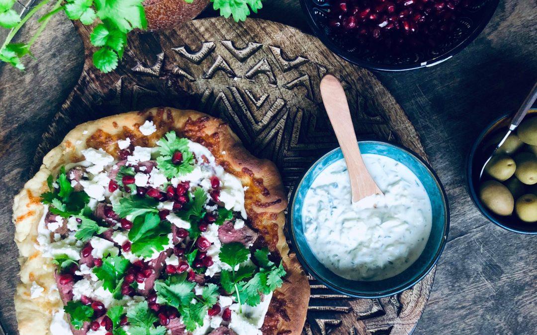 Toppet nanbrød med tzatziki, biff, fetaost, granateple og koriander