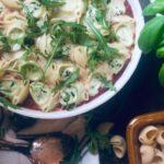 Fylt pasta med ricotta og spinat med ruccola og tomatsaus