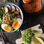 Ramen nudler med svinekjøtt dukkah egg, buljong, lime, vårløk og koriander