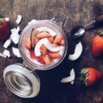 Chiagrøt med jordbær, kokosmelk og kokosflak