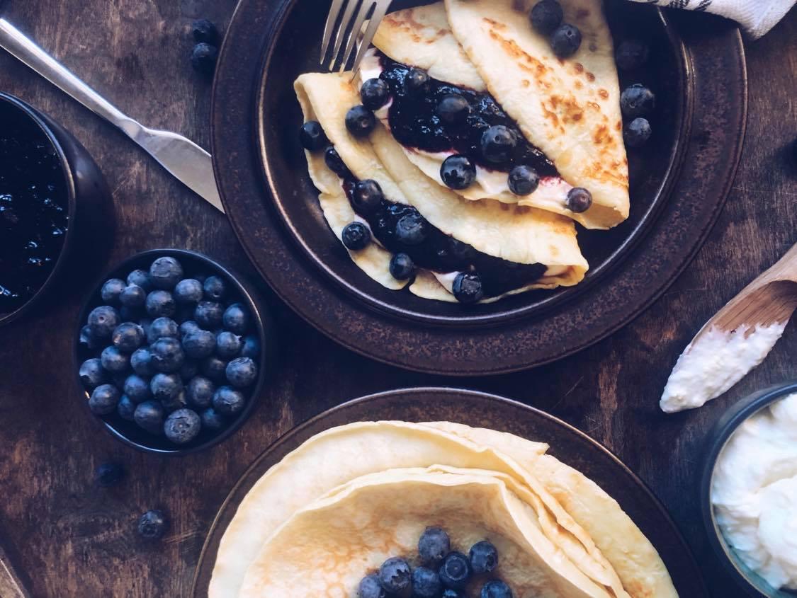Pannekaker med blåbær og kremostkrem