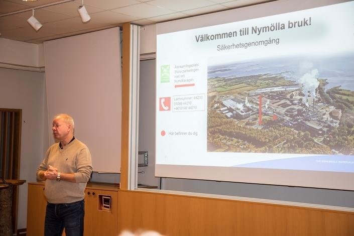Michael Lindemann platschef Stira Esno Nymölla hälsar välkomna och har den obligatoriska säkerhetsgenomgången