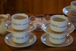 Kaffe på maten är ett måste - i Sätra bystuga finns koppar till alla