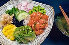 Poke bowl lax tonfisk och tofu