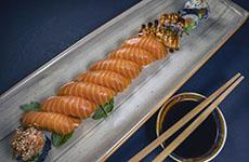 Sushi med lax och maki