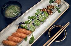 Sushi lax avokado maki