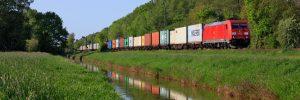 DB Cargo mit Baureihe 185 mit einem Containerzug zwischen  Ehlershausen und Celle unterwegs