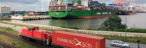 Hamburg, Waltershofer Hafen: Eine Diesellok der Baureihe 291  rangiert mit einen Containerzug im HHLA Containerterminal  Burchardkai in Richtung Bahnhof Hamburg-Waltershof. Im Hintergrund  liegen Containerschiffe am Eurogate Container Terminal.