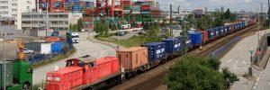 Eine Lok der Baureihe 291 zieht einen langen Containerzug vom HHLA Containerterminal Burchardkai vorbei am Eurogate Container Terminal in den Bahnhof Hamburg-Waltershof.