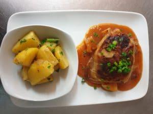Abendkarte hausgemachte Kohlroulade mit kräftiger Sauce und Salzkartoffeln