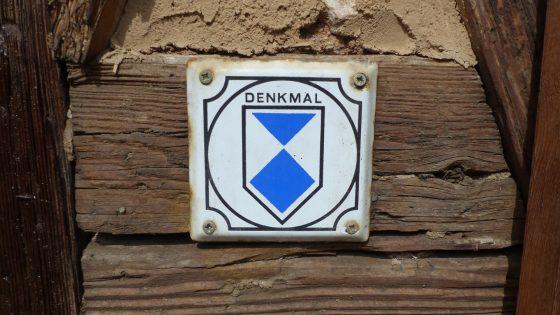 Plakette Denkmalschutz am Haus Krone Schweina