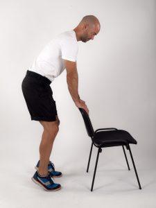 Øvelse ved stol hæl til tå Sclerose.info