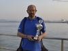 Pedro sosteniendo el trofeo recibido en la XXXVII Bandera Sotileza, regata celebrada el 16 de julio de 2013.