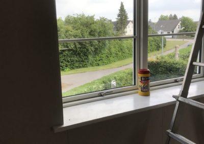 Der er blevet gjort klar til murer og der er blevet efter isoleret 250mm + dampspærrer. Nyt gips og 2 nye træ/alu vinduer.