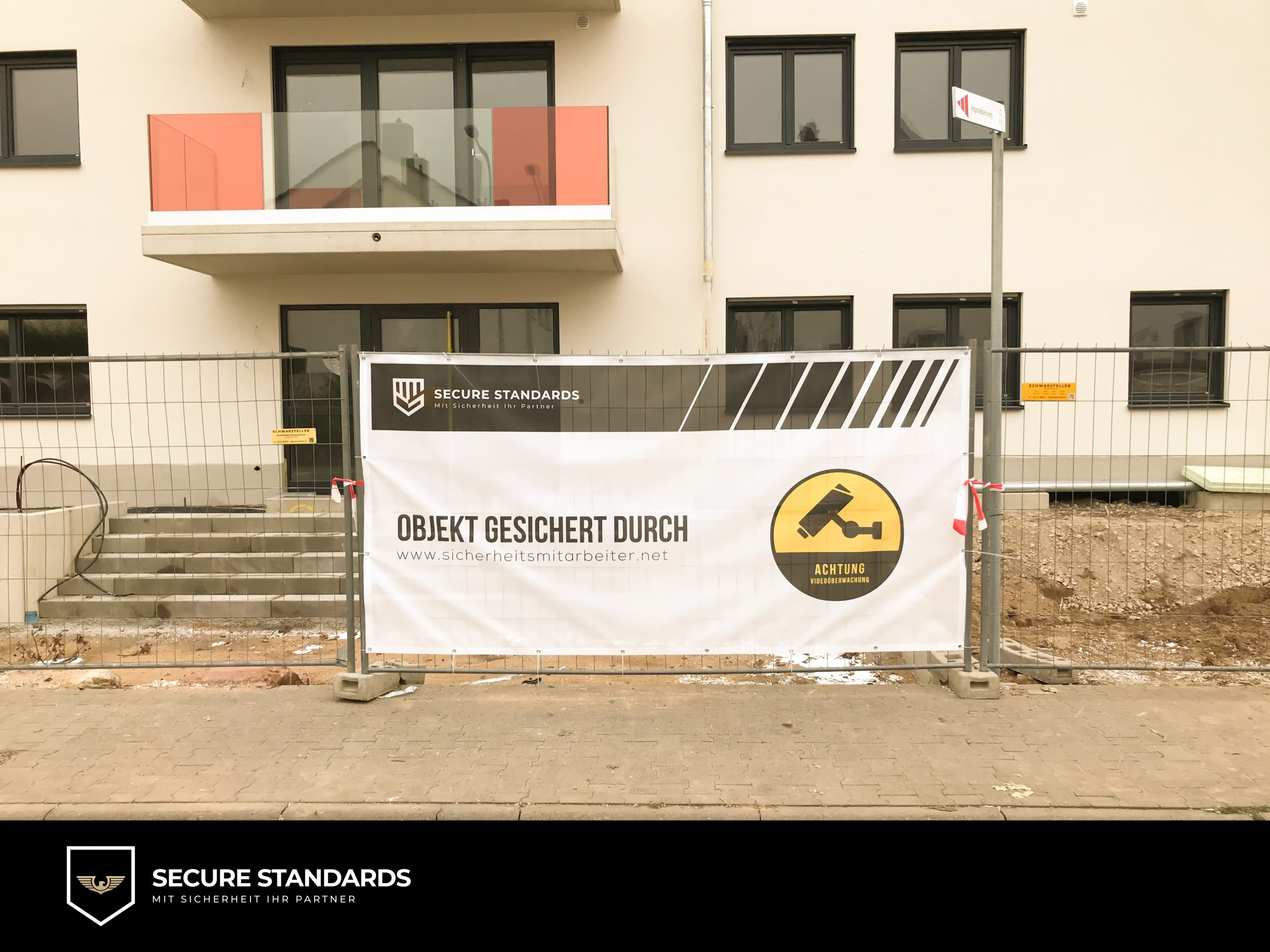 Baustellenschild am Zaun einer Baustelle in Langen