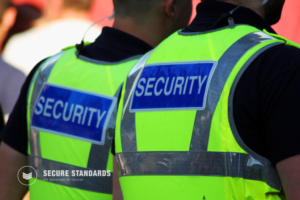 Sicherheitsmitarbeiter mit Weste sichern eine Event