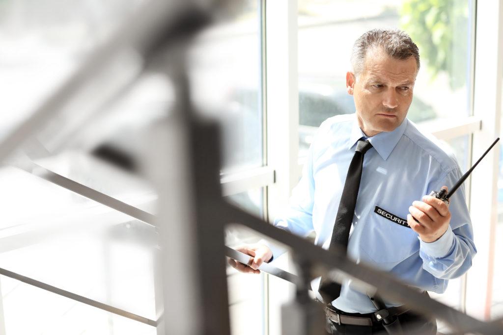 Wachmann Objektschutz vor Tür eines Gebäudes