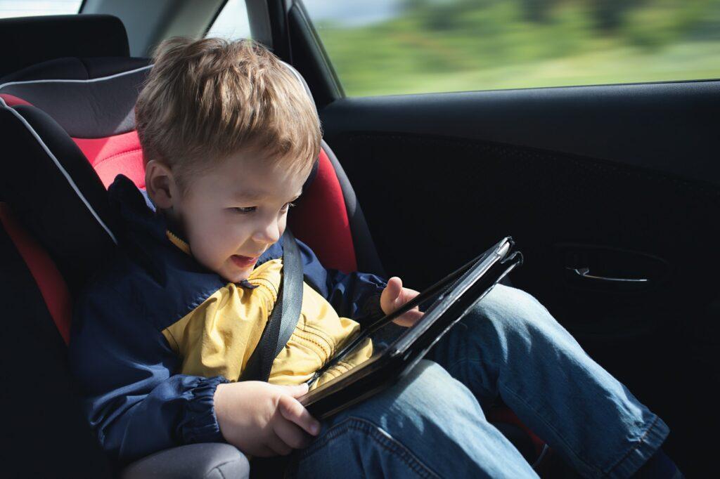 Skærmtid børn ingen skærmtid babyer anbefales! Child in the car with tablet PC