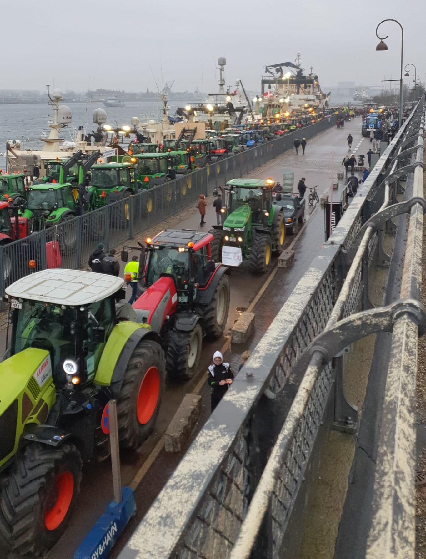 Hvad sker der? Flere hundrede traktorer har demonstreret i Aarhus og København og er nu på vej ud af byerne. Politiet forventer tæt trafik, mens traktorer nekører væk.