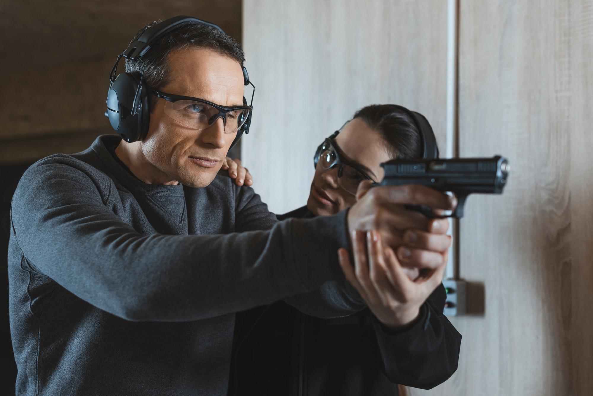 Alec Baldwin kommer til at skyde en kvinde under en film indspilning
