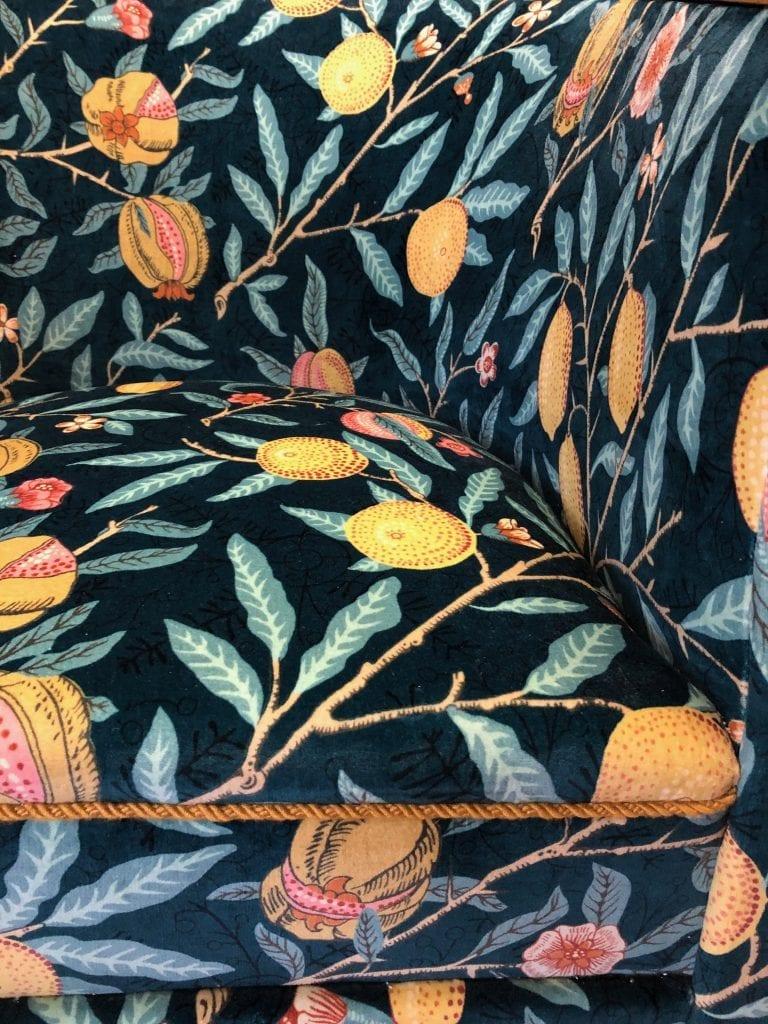 Sofa med blomstret stof