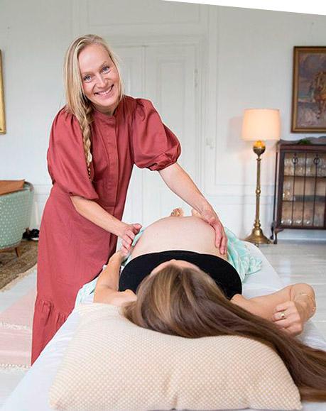 Fødselsforberedelsen forgår i tempereret sauna og kombineres med graviditetstræning i varmt vand.
