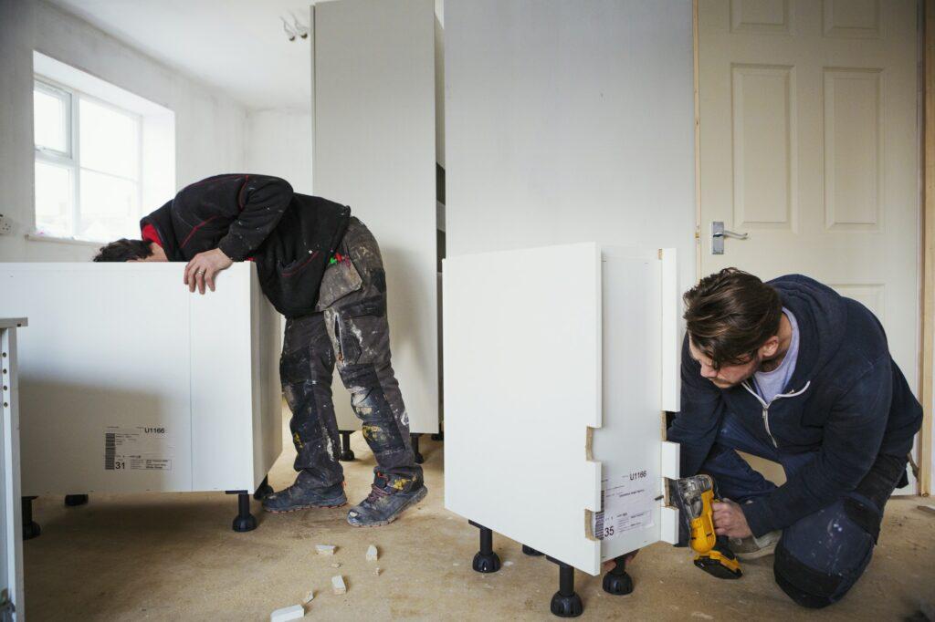 Two builders, building wByggefirma Sjælland - Dit lokale byggefirma Københavnhite kitchen units.