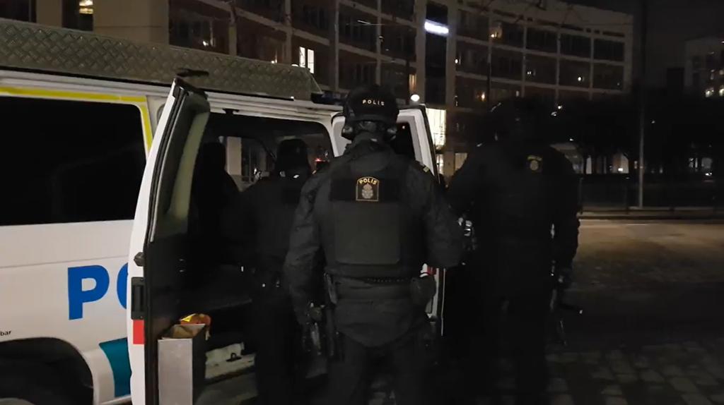 Tungt beväpnad polis på plats i Hammarby Sjöstad