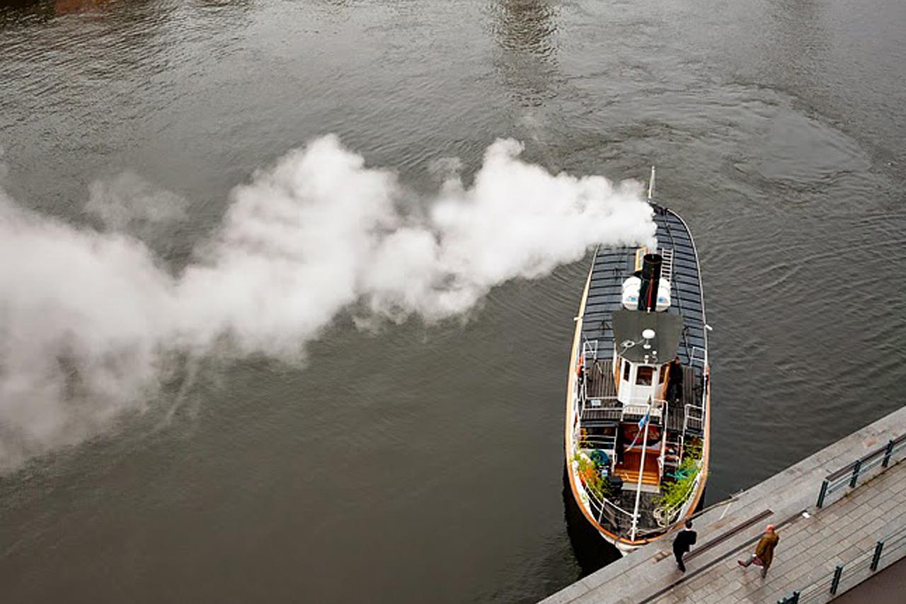 Ångbåt hämtar upp passagerare från Hammarby kaj