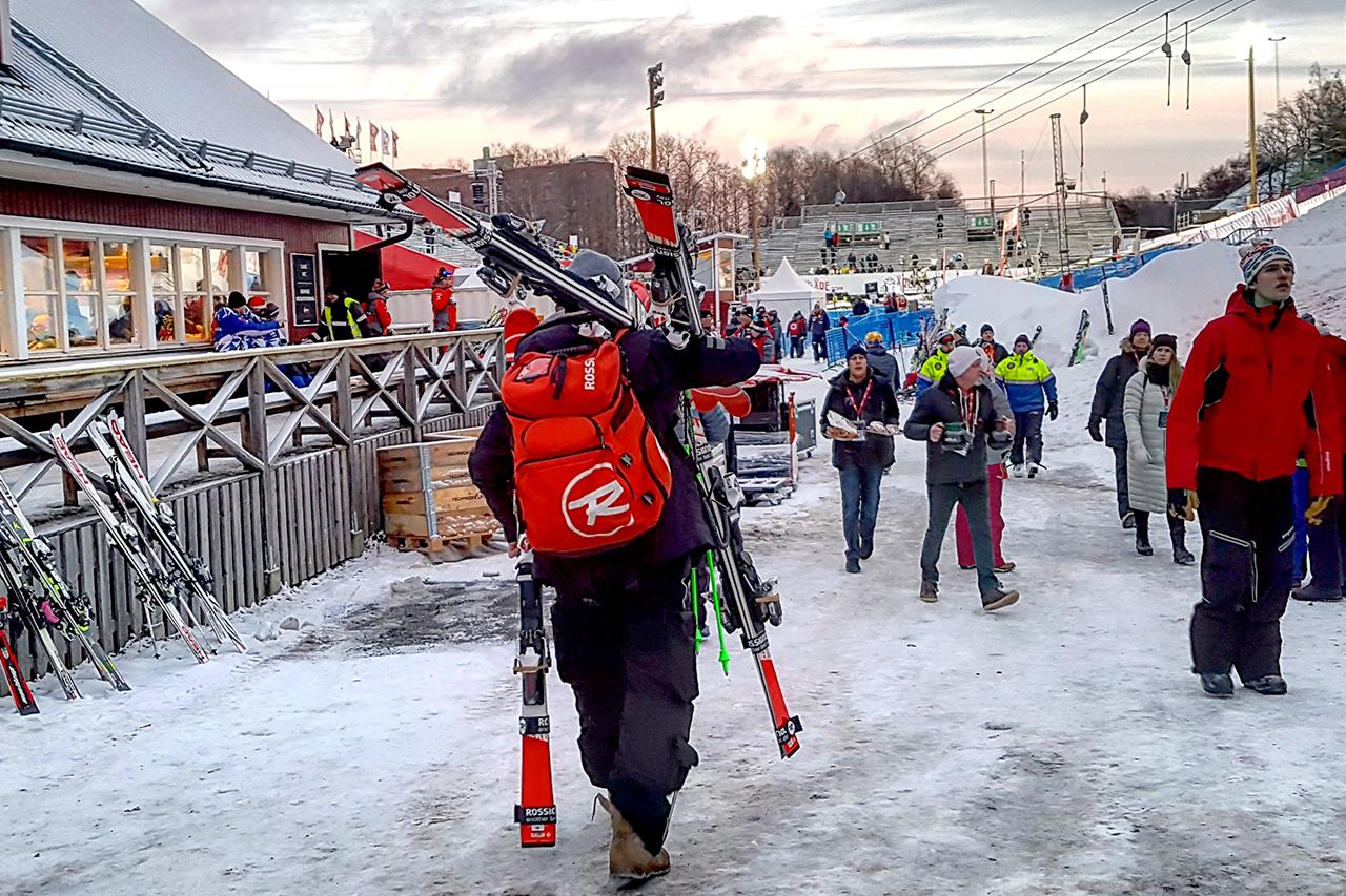 Folk i Hammarbybacken, skidåkning