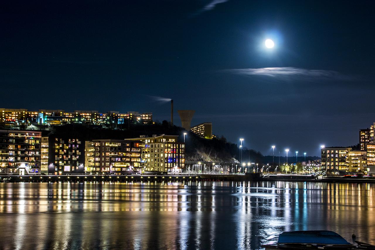 Fullmåne lyser upp Hammarby sjö