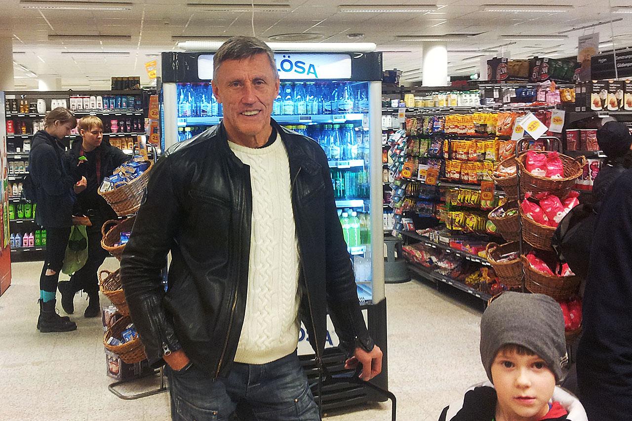 Legendaren Börje Salming på Coop i Hammarby Sjöstad