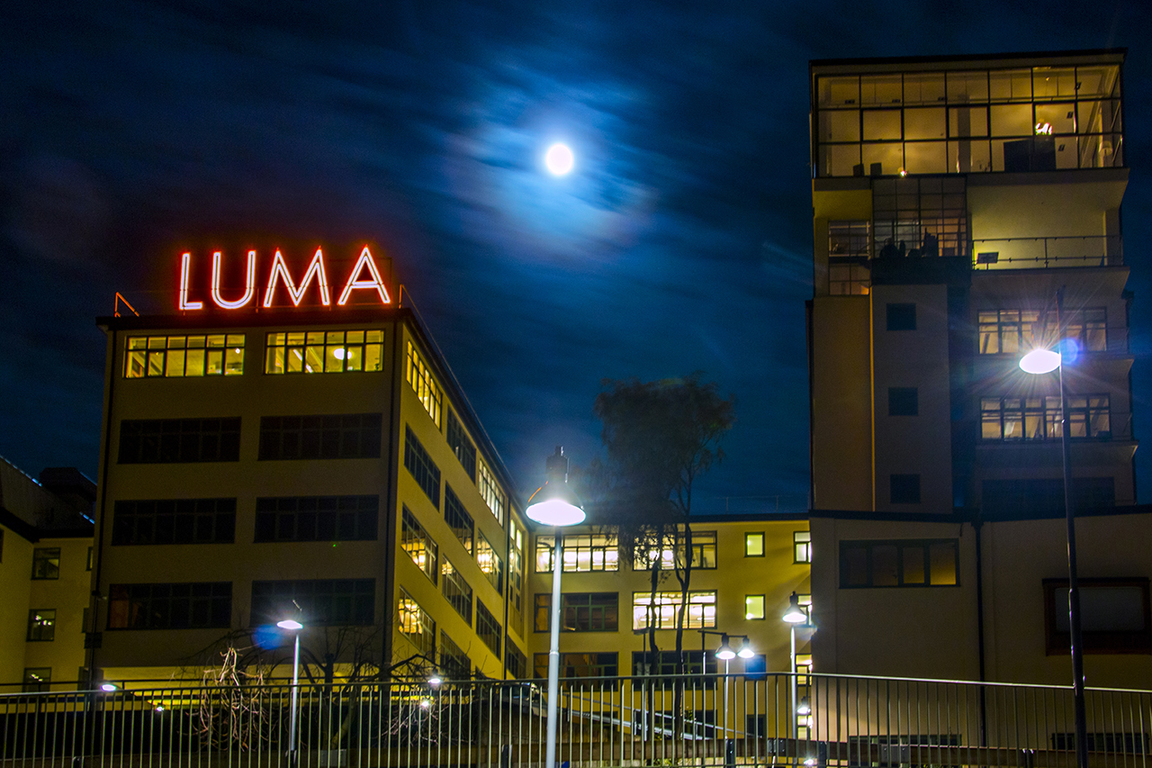Lumahuset natt med fullmåne