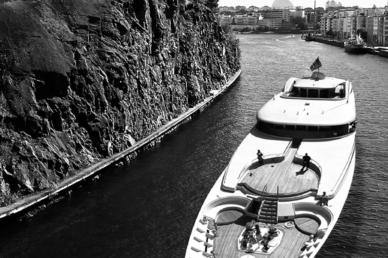 Lyxbåt lämnar Hammarby sjö