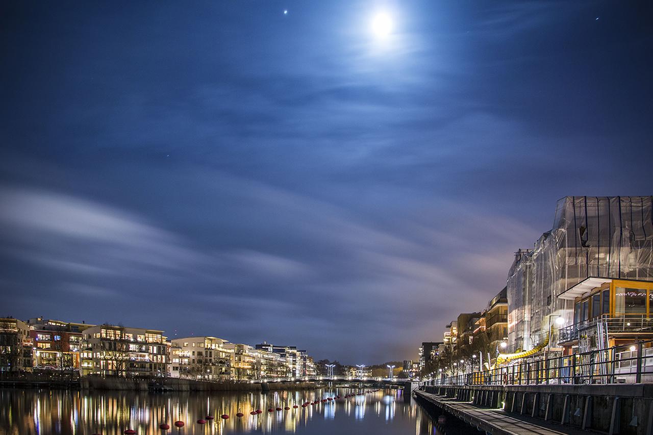 Månen lyser upp sickla kanal