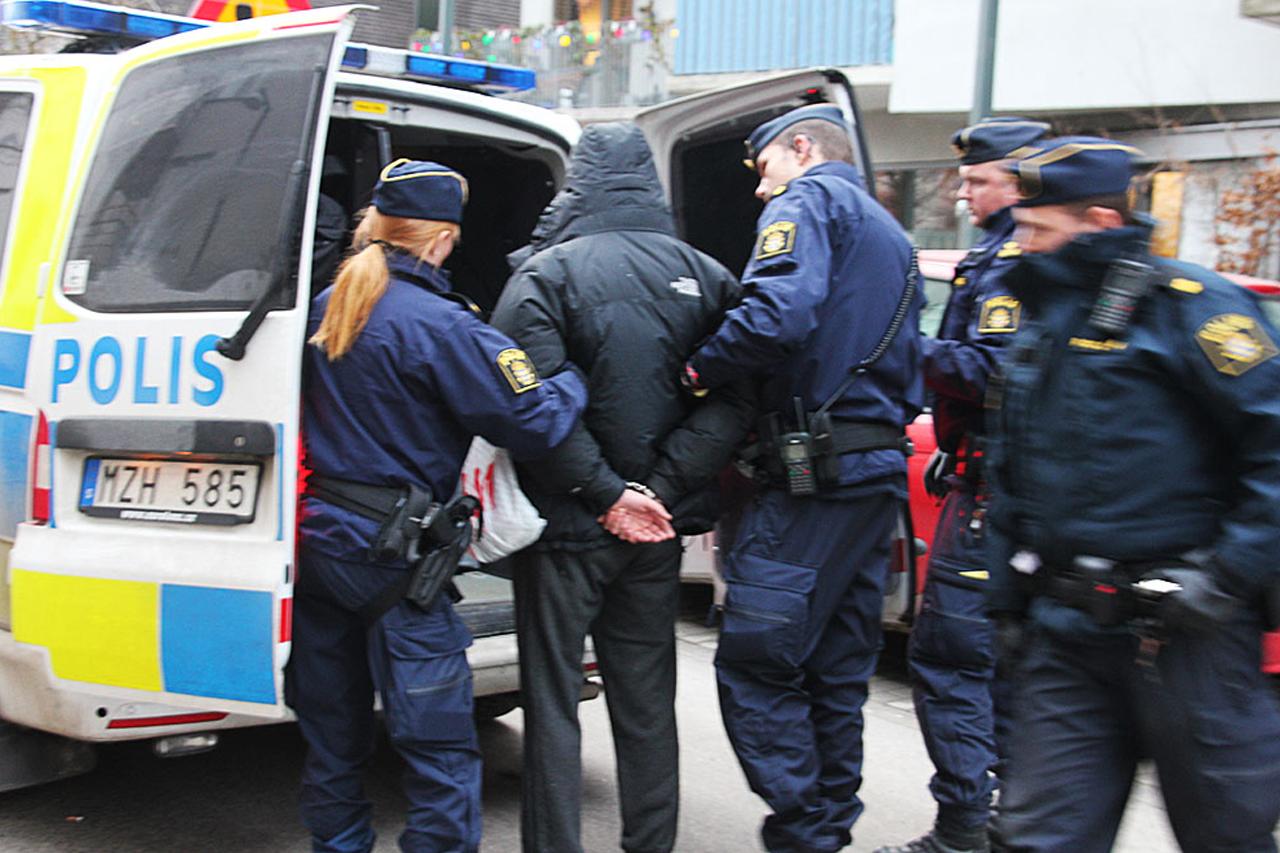 Person grips av Polis i Hammarby Sjöstad