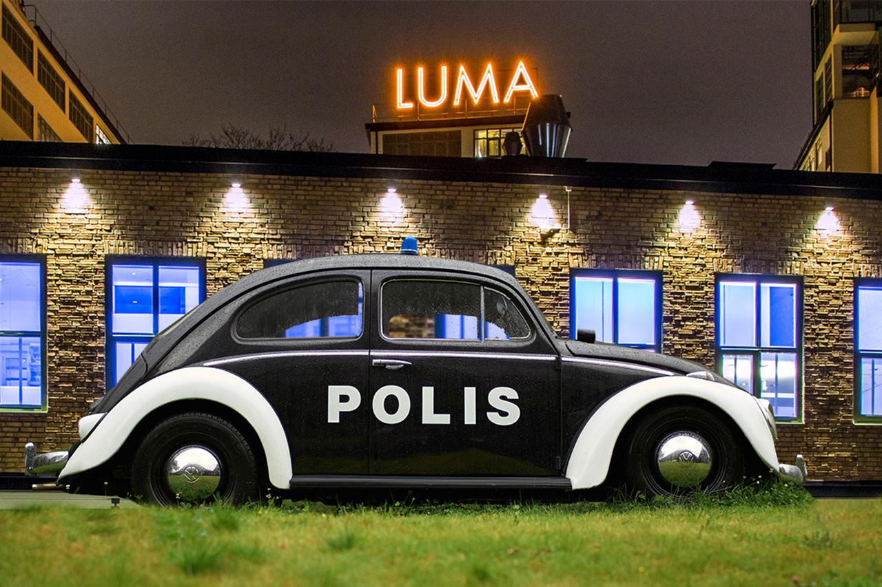 Polisbil framför Lumahuset