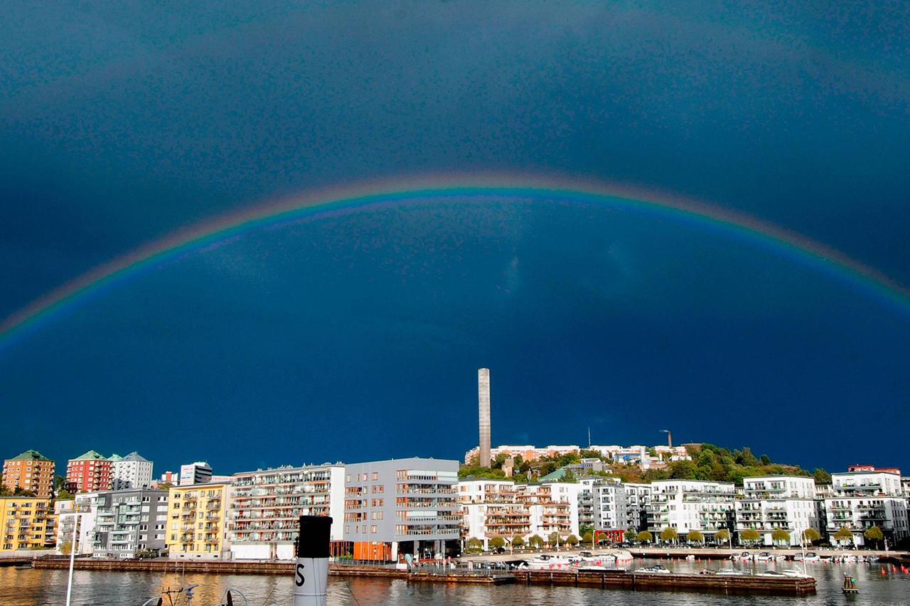 Regnbåge över Henriksdalshamnen