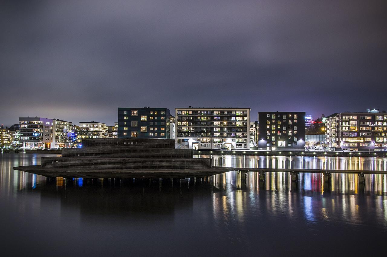 Runda bryggan kvällsbild Hammarby Sjöstad